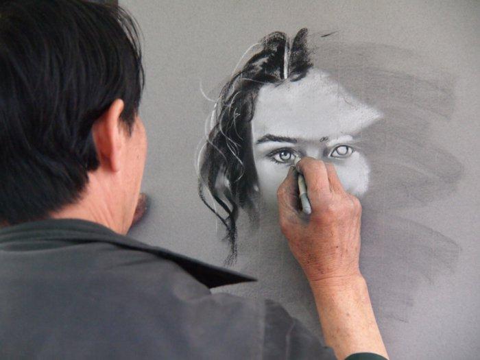 ein Bild von Mädchen, coole Bilder zeichnen, die Hälfte von Gesicht ist fertig, die Hälfte ist noch zu zeichnen