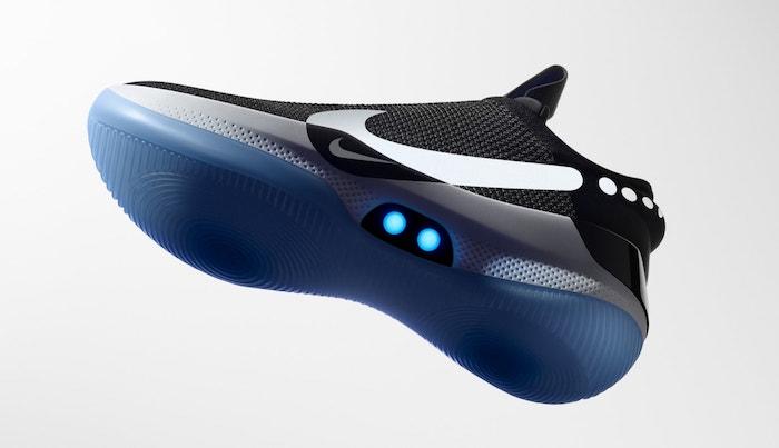 schwarzer nike-adapt-bb schuh mit einer weißen sohle und blauen sensoren