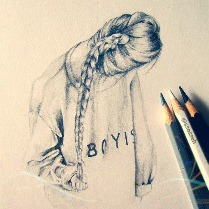 ein Mädchen mit langem Zopf, eine weiße Bluse, auf der BOYISH steht, schöne Bilder zum Abzeichnen