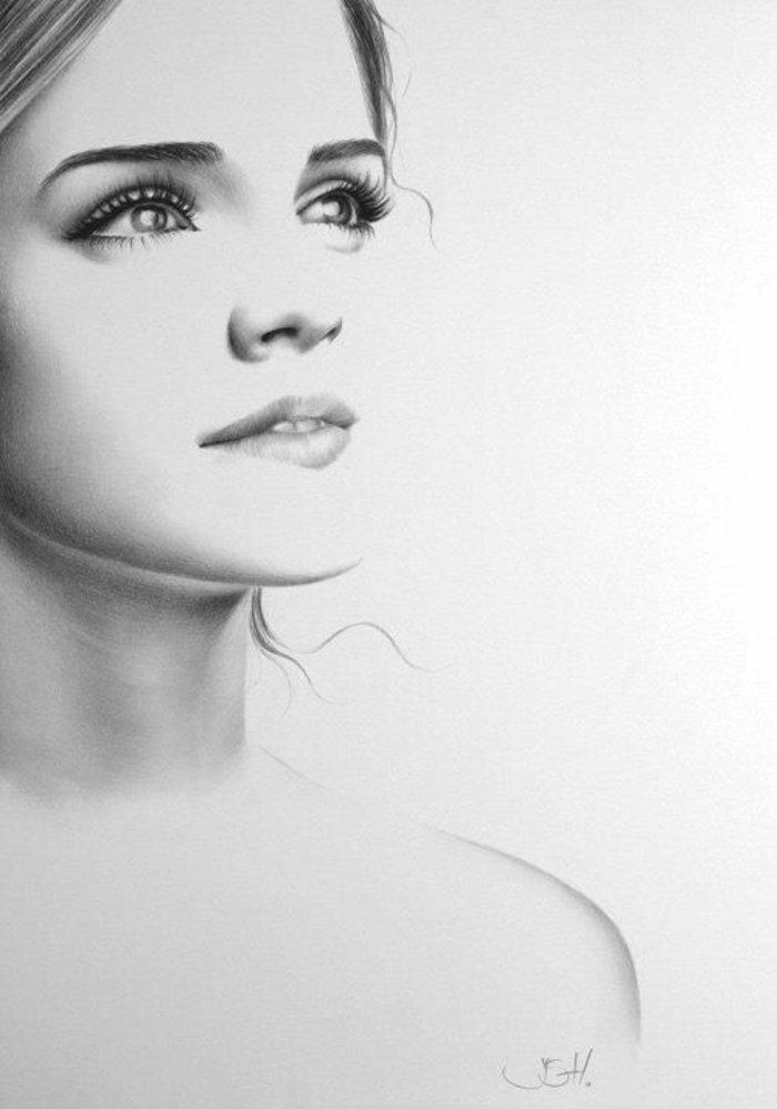 Emma Whatson, ein schwarz weißes Bild, die Schauspilerin sieht traumhaft aus, Mädchen malen