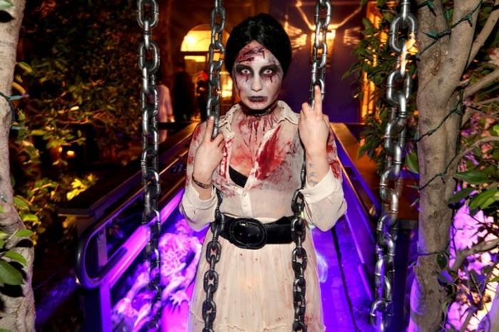 halloween kostüme zum inspirieren, easy diy ideen langes weißes kleid, ein schwarzer gürtel und augenlinsen zum schrecklichen effekt