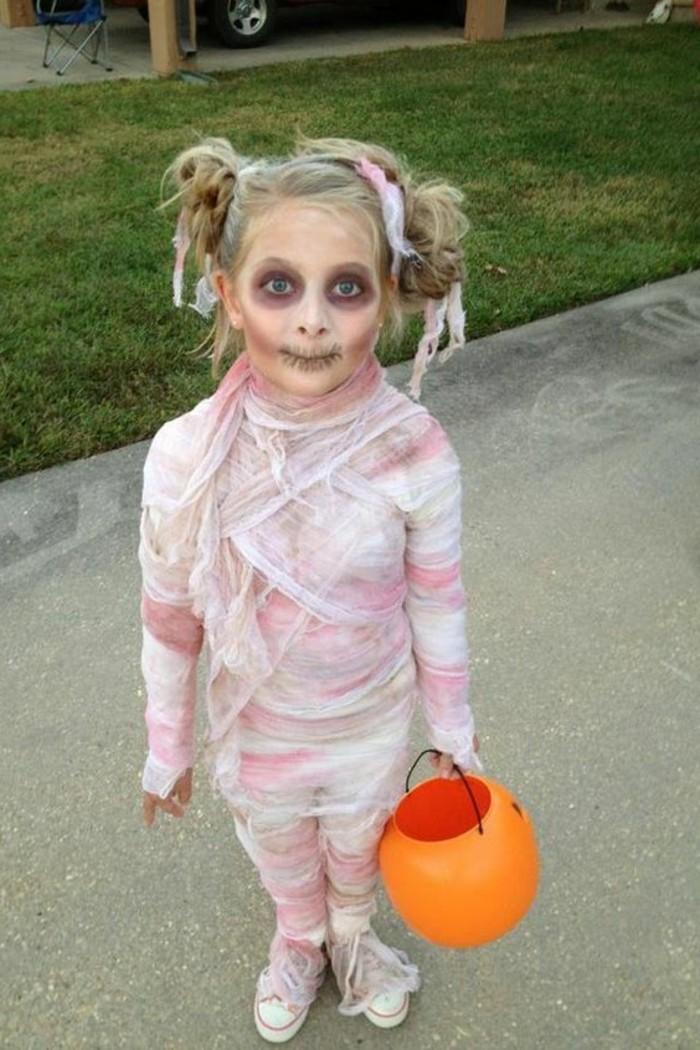 halloween kostüme für kinder, ein kleines gespenst oder mumie, prinzessin lea in totenvariant, kürbiskorb