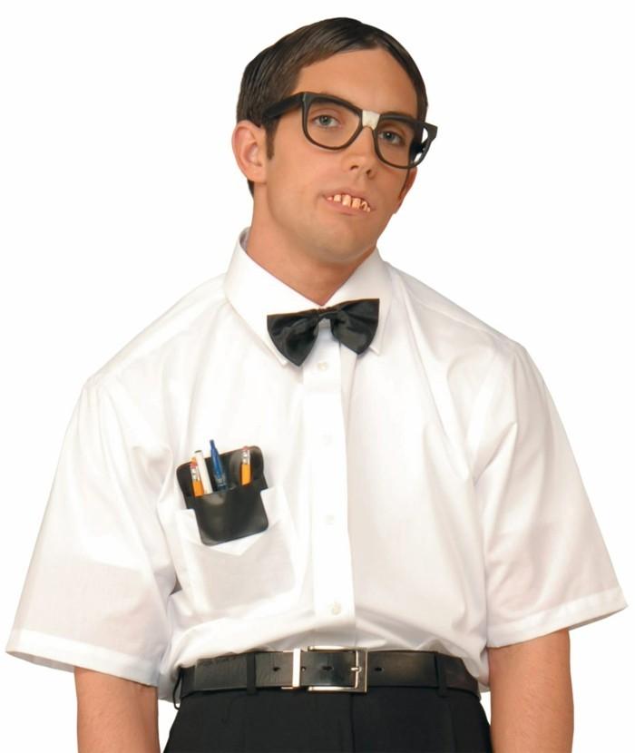 halloween verkleidung im streber stil, brille, weißes hemd mit fliege, bleistifte und kulis in der tasche