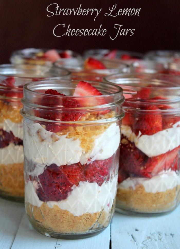einfache kuchenrezepte, dessert im glas mit weißer sahne und erdbeeren