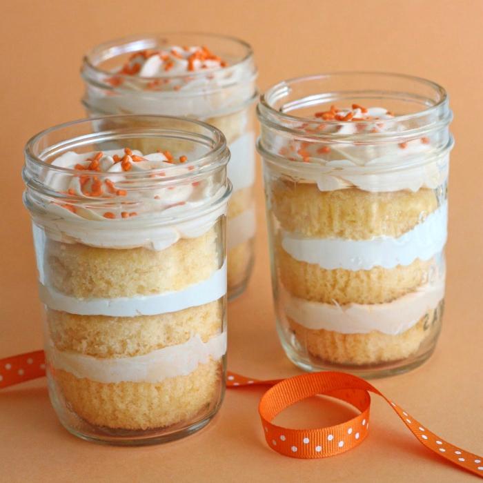 einfache kuchenrezepte, weiße sahne, nachtisch mit orangen, schleide mit punkten