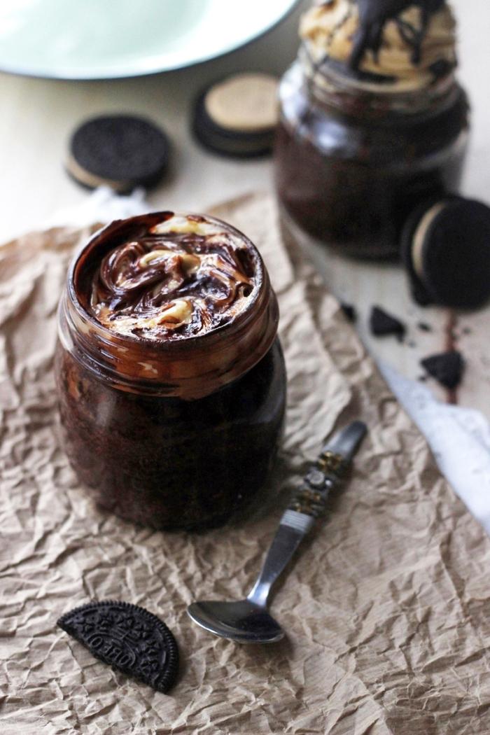 einfache schnelle kuchen, dessert im glas, brownies mit oreo keksen garniert mit weißer und milchschokoalde