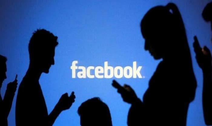 immer mehr Leute verbringen Ihre Zeit auf der Seite von Facebook in den Handys vertieft