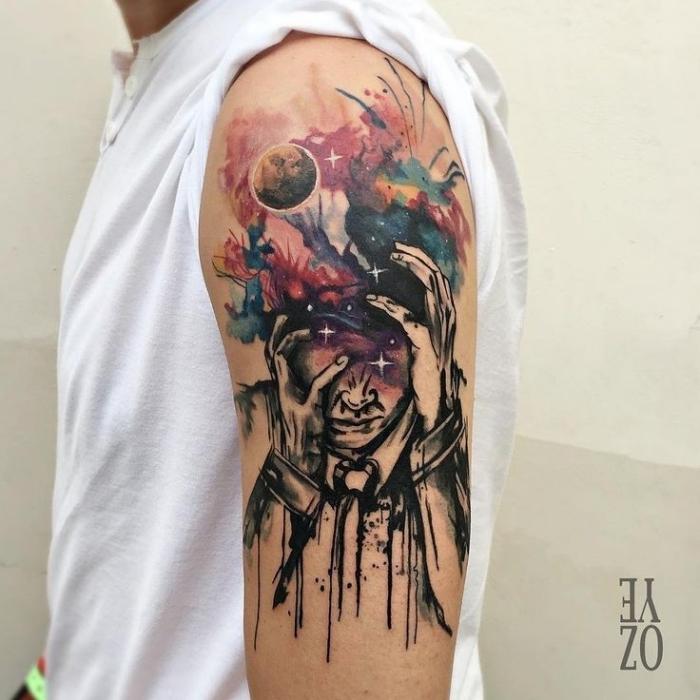 farbiges oberarm tattoo, abstrakte tätowierung, mann mit mond im hintergrund, wasserfarben
