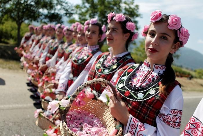im tal der rosen, junge frauen mit bulgarschen trachten, festival der rosen