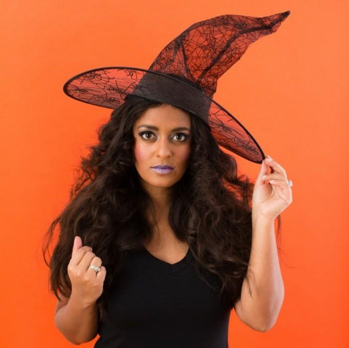 kostüme halloween, eine der populärsten ideen für frauen ist der look von einer hexe, orangen farbe hintergrund