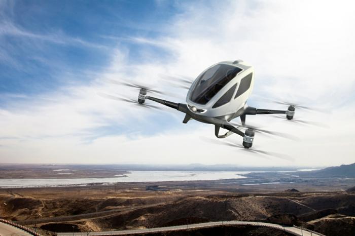das fliegende Taxi von Uber sieht eher wie eine Drohne aus, ein fliegendes Auto über Gebirge