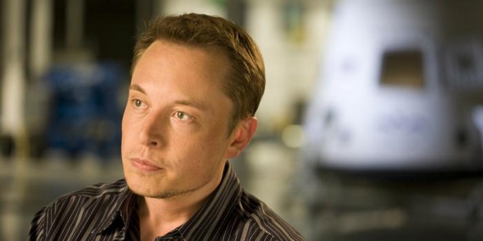 ein Foto von Elon Musk, CEO von Tesla und Space X, ein junger Mann mit braunem Hemd