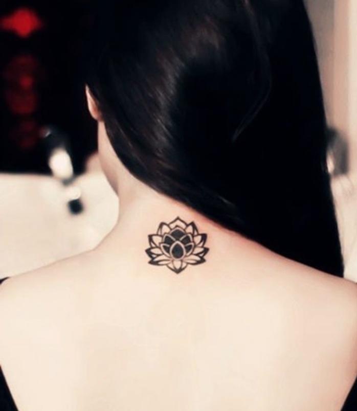 tattoo design ideen lilie blume wasserlilie, schwarze haare. weiße haut, frau inspo