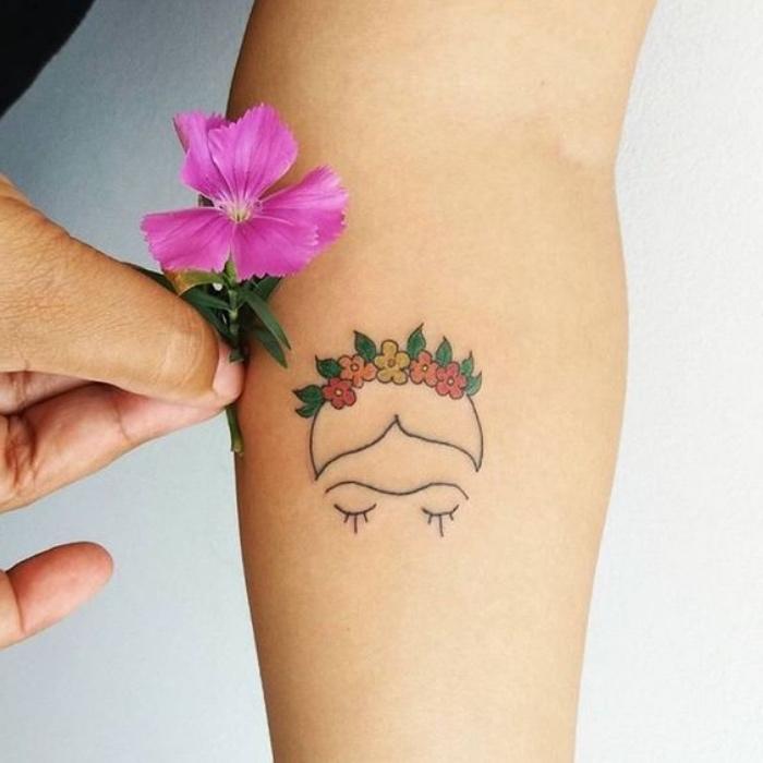 min tattoos vorlagen, frida kahlo, bunte blumen, eine wahre blume daneben, deko schöne inspirierende fotos