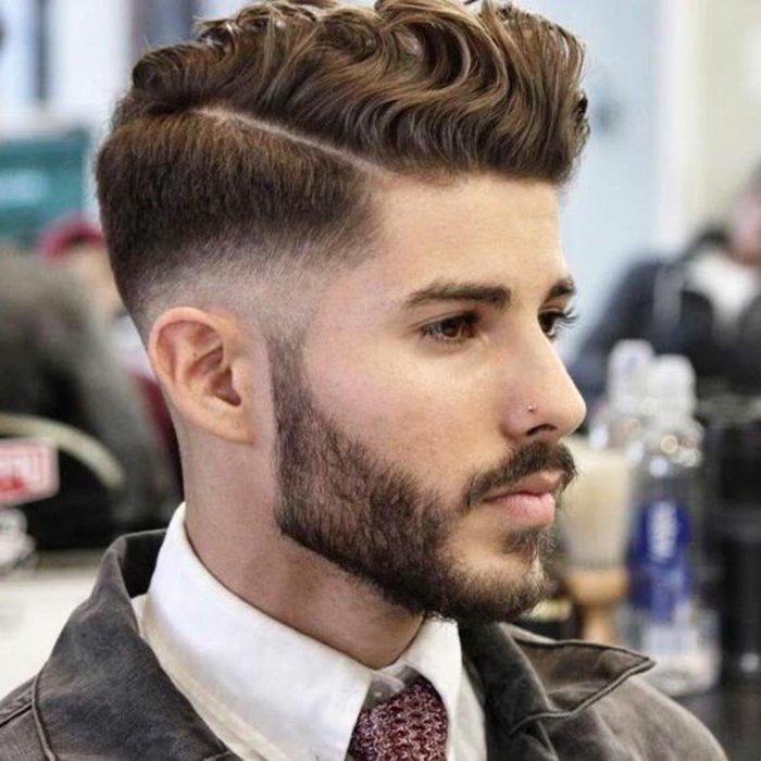 lockige haare und ideen zum stylen für elegante männer, bart und mustache, mittellang, haare seitlich unten ganz kurz und nach oben länger werdend, undercut