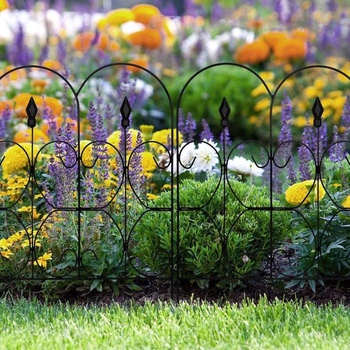 Blumen hinter Zaun aus Metall, Zaunmaterial auswählen, Metallzaun robust edel und wertvoll