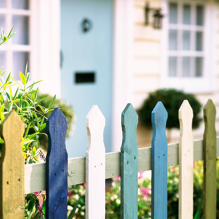 Bunter Gartenzaun aus Holz, Lust auf frische Farben im eigenen Garten