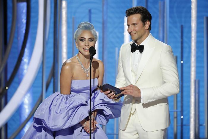 Lady Gaga und Bradley Cooper, Golden Globes 2019, Bester Filmsong Shallow, Bradley Cooper in weißem Anzug, Lady Gaga mit blauen Haaren, langes lila Kleid