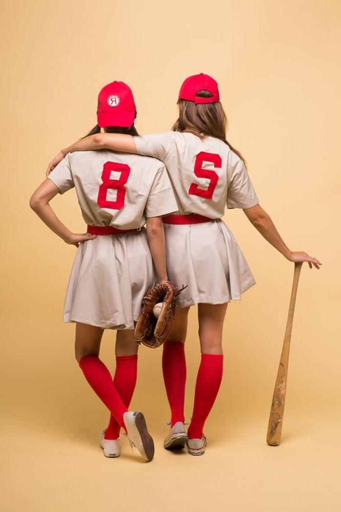 halloween partnerkostüme, zwei frauen mit baseball equipment, team spielen, sportlerinnen, beige rote outfits
