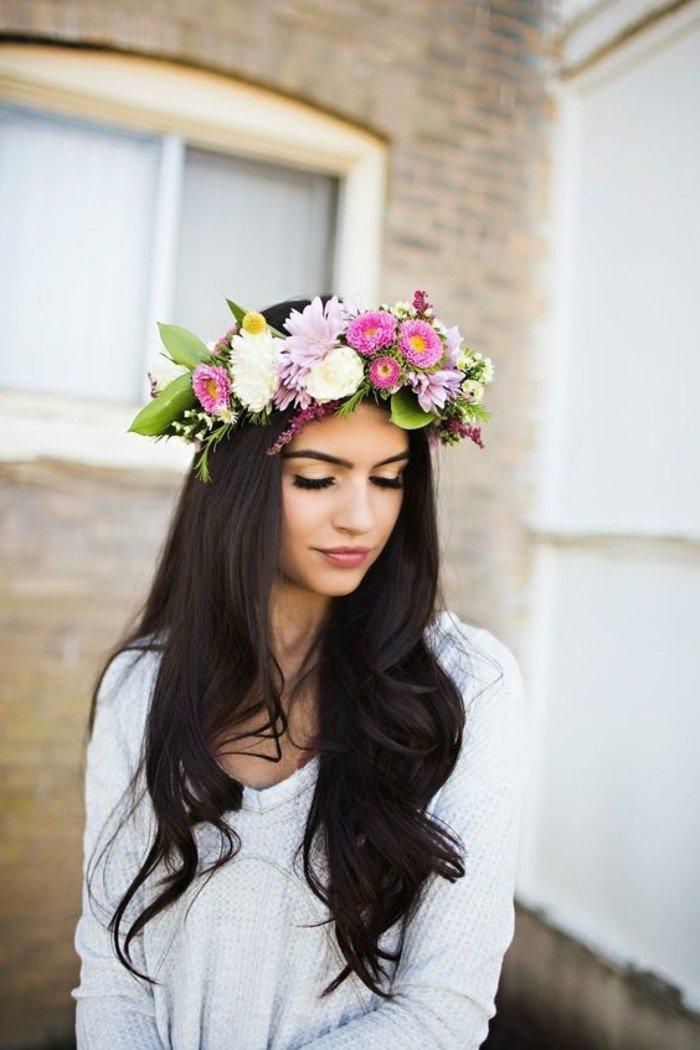 dunkelbraun färben, haarfarbe ändern, lange dunkle haare mit einem blumenkranz auf dem kopf, weiße und rosarote frühlingsblumen