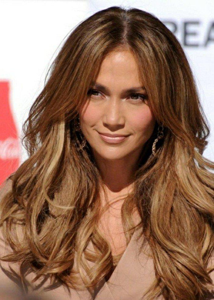 braune haarfarbe mit karamell nuancierungen, jennifer lopez, volle nude lippen, kleine augen groß schminken, ohrringe