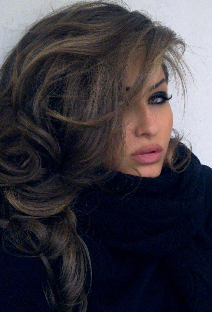 dunkelbraune haare, style im winter, schal als accessoire, volle lippen mattlippenstift, smokey eyes