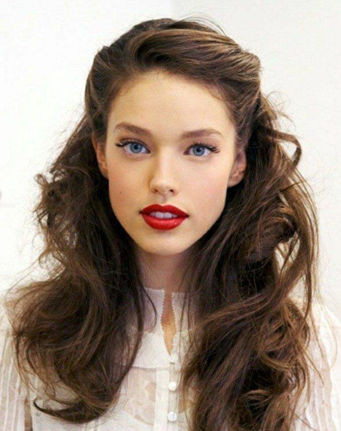 schwarze haare, natürliche farbe bei den ansätzen, rote lippen, blaue augen, weißes gesicht, langes haar