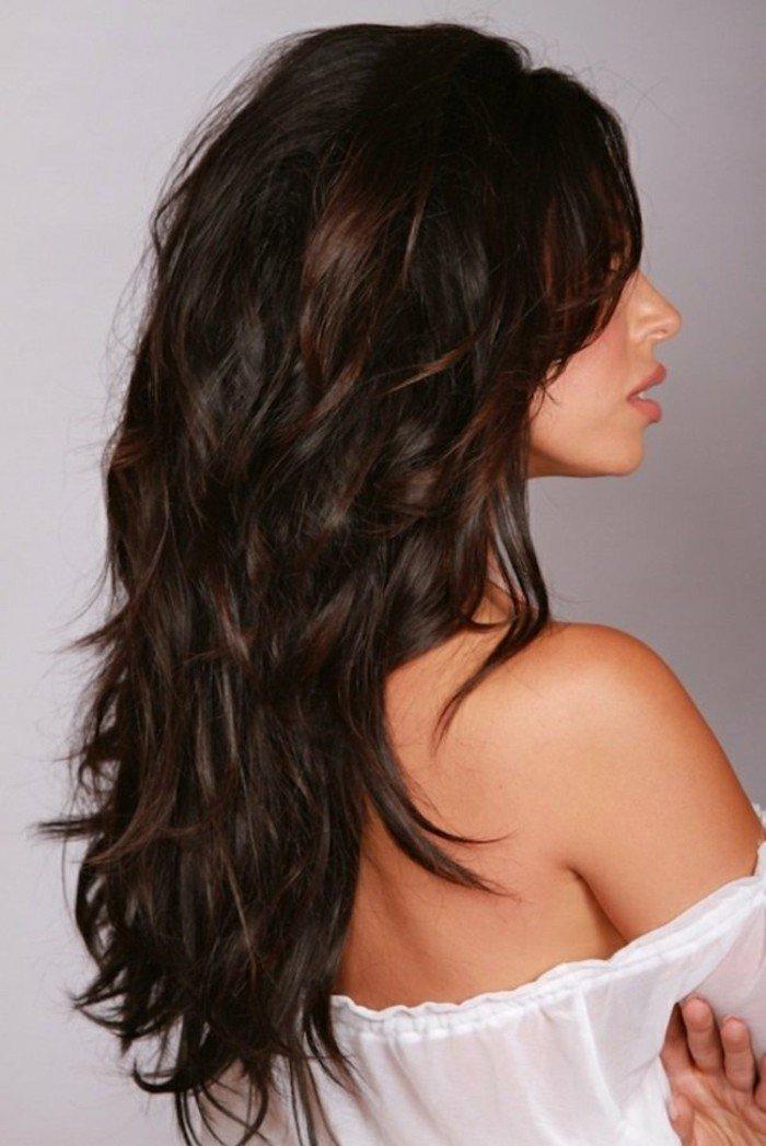 schwarze haare mit natürlichen locken, lange haarstyles, weiße bluse, seitliches foto