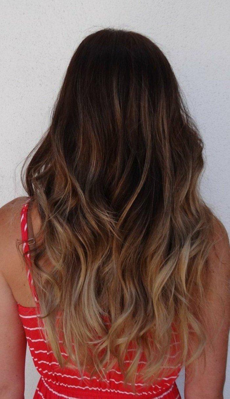 dunkelbraune haare mit hellblonden spitzen, locken in den haaren, lockige haarstyles, rotes kleid