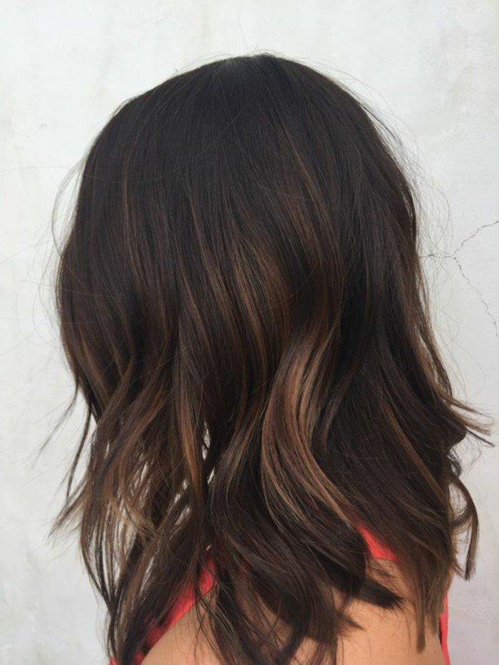 natürliche haarfarbe mit blonden strähnen an den spitzen verschönern, locken in den haaren, rotes kleid