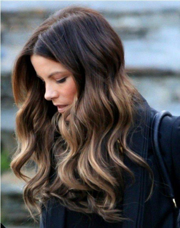 haarfarben ausprobieren, trendy idee zum stylen beim frisör, blonde spitzen, dunkle ansätze
