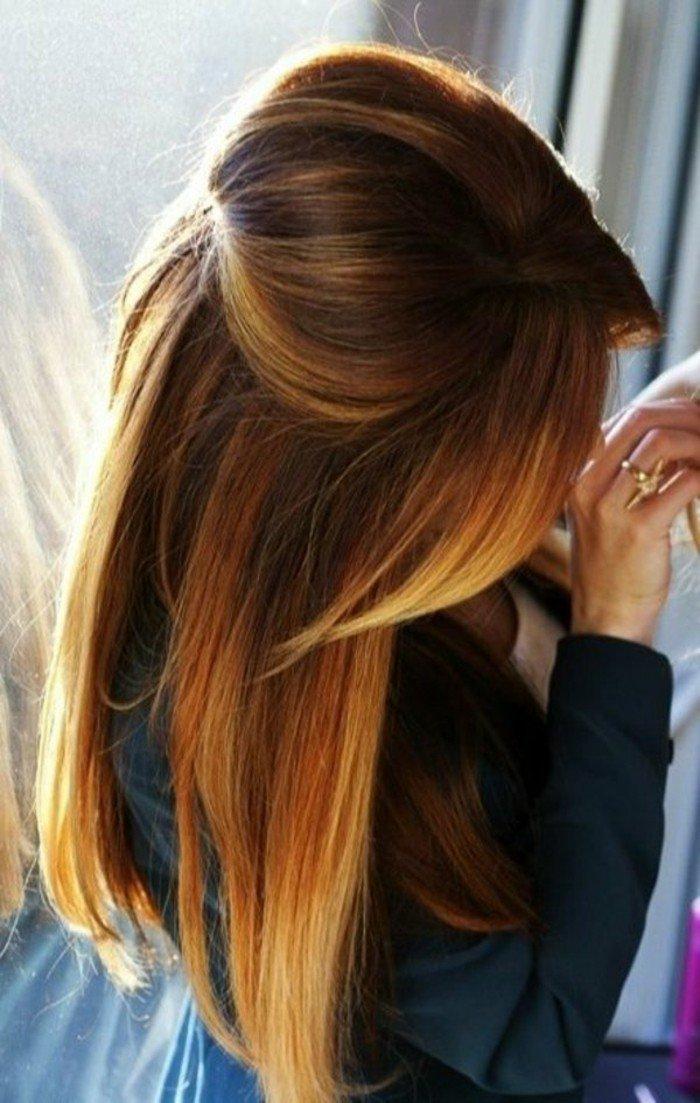 dunkelbraune haare bei den ansätzen verfließend in caramel bi zu blonden spitzen, schöne frisur auf glattem haar