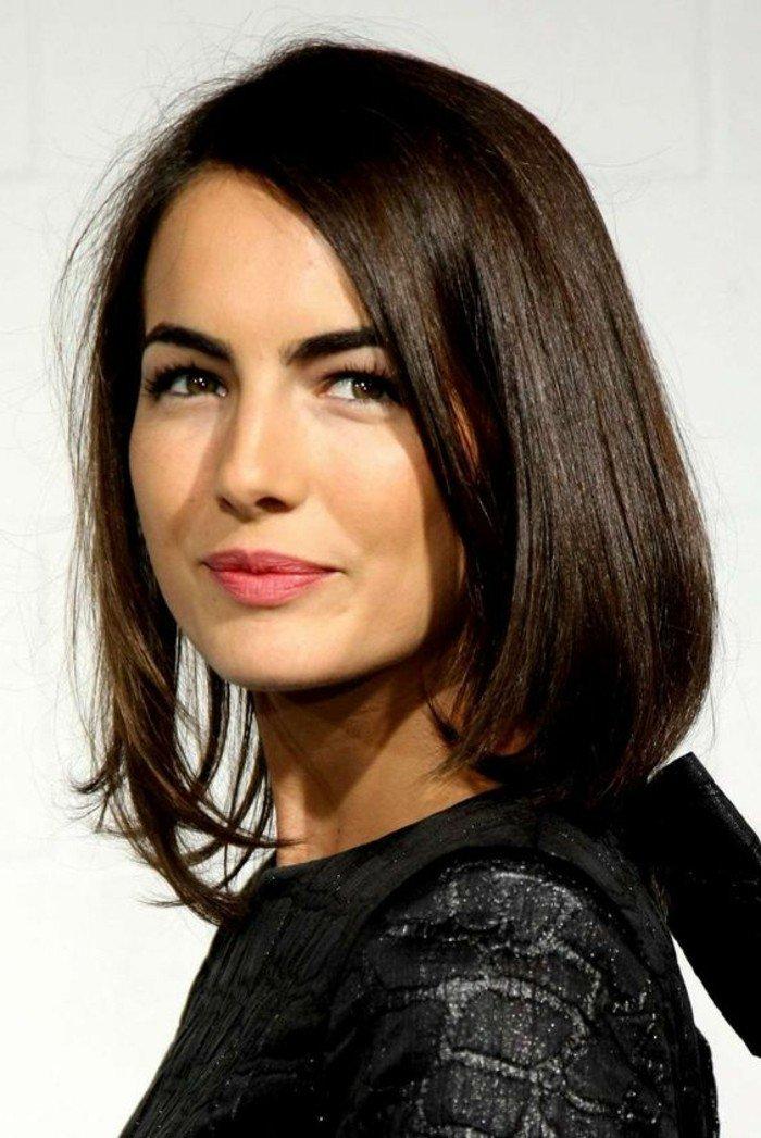schöne haarfarben natürlicher look, kurze bobfrisur mit verschiedenen länge auf den beiden seiten, rosarote lippen, schwarze augenbrauen