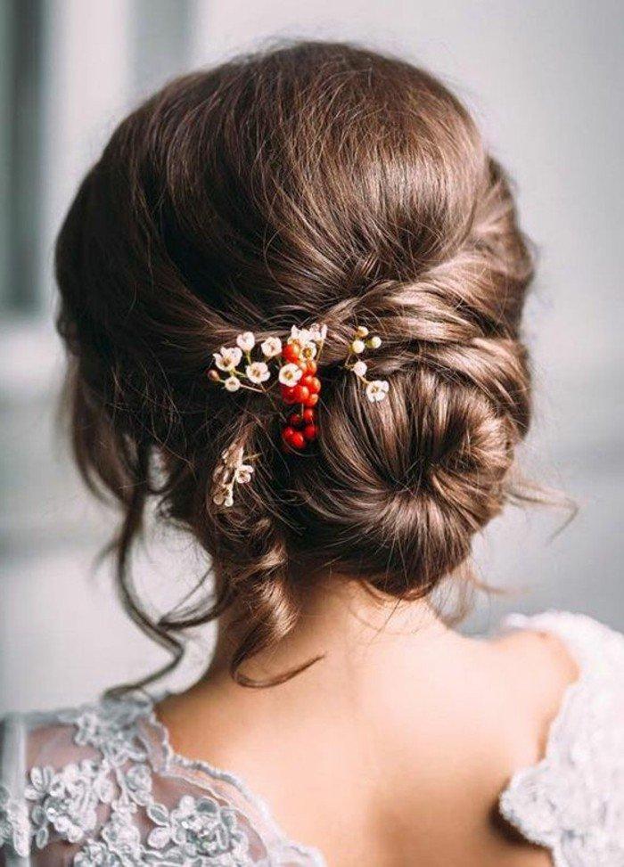 welche haarfarbe passt zu mir, ideen, gebundene haare mit dekorationen darin, weiße und rote deko ideen