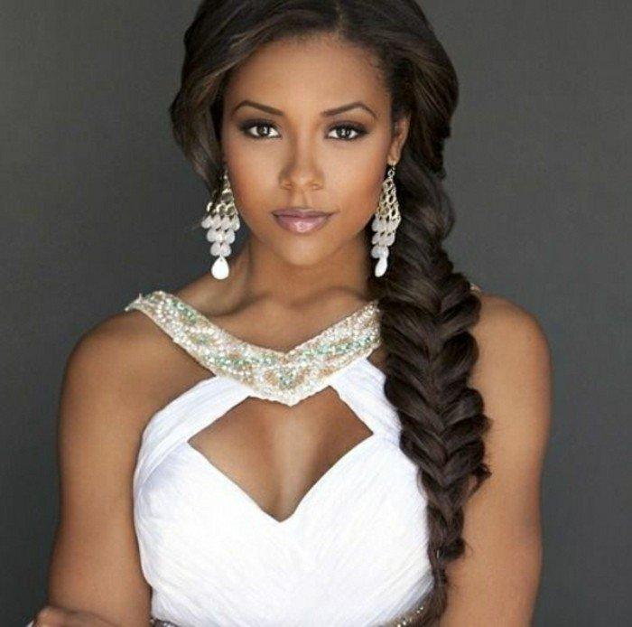 elegante frau braut mit weißem kleid und schöne frisur, seitlicher zopf auf dunkelbraunem haar, prächtiges haar