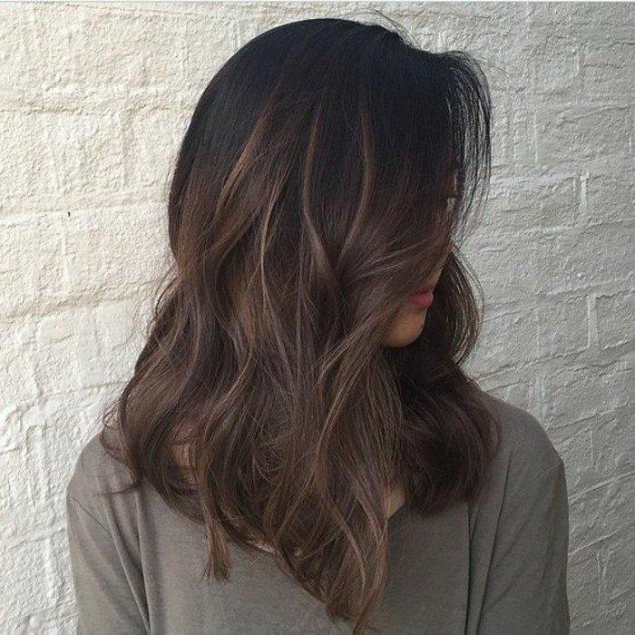 welche haarfarbe passt zu mir, mittellange haare, lockiger haarstyle, geküsst von der sonne effekt mit goldblonden strähnchen