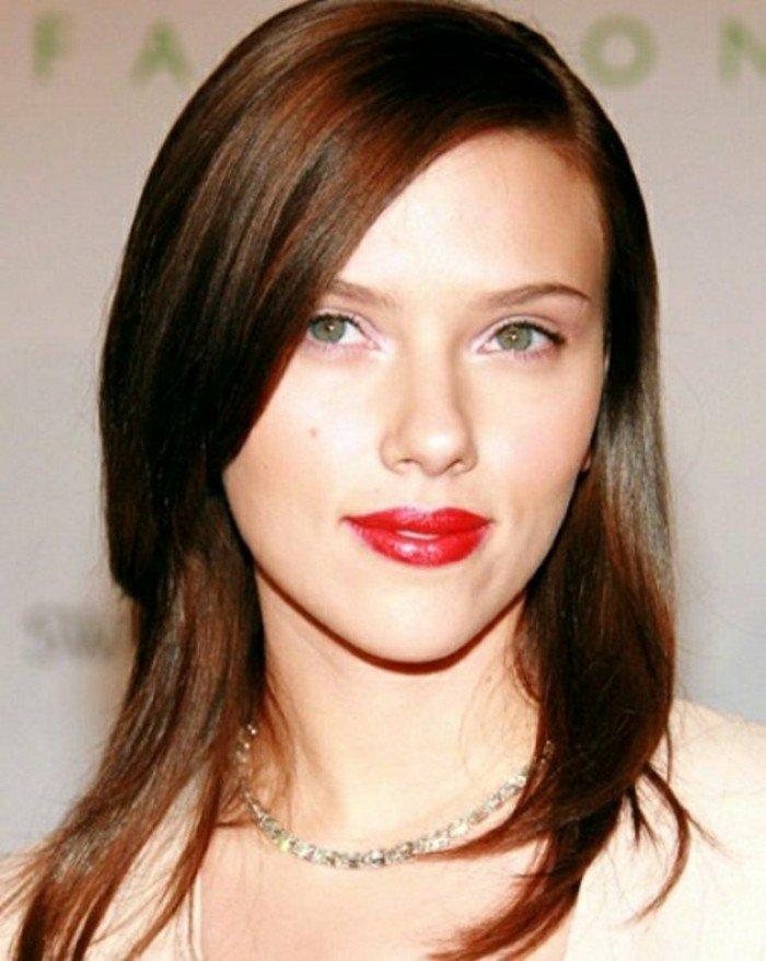 rotbraune haare, scarlett johansonn, rote lippen, blaue augen, hellweiße haut und dunkle haare, kontrast
