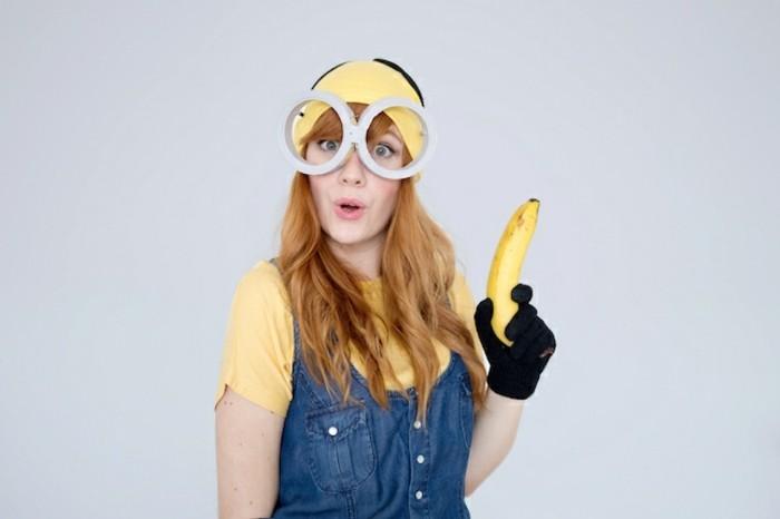halloween kostüm ideen für jeden, die minions sind eine der besten ideen, jeans oder blaues outfit mit felbem tshirt, große brille und banane