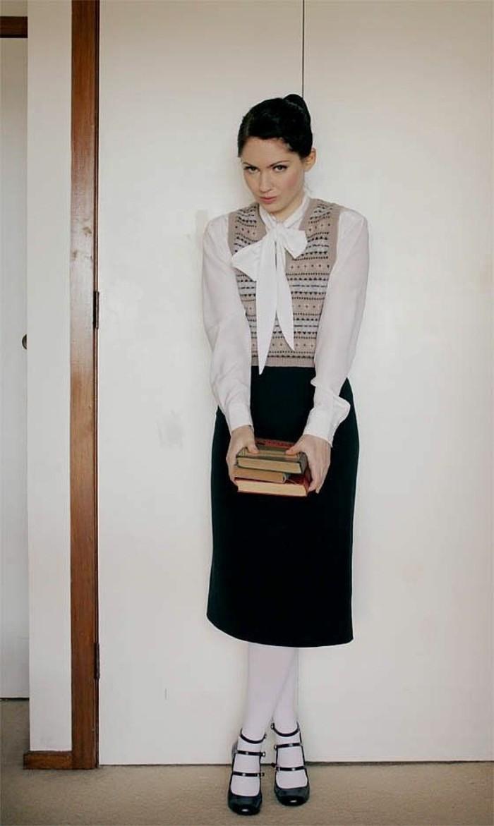 halloween verkleidung für frauen, eine schülerin mit ihren büchern, schwarzer bleistiftrock, weißes hemd mit deko schleife, streber look für frauen zum fasching