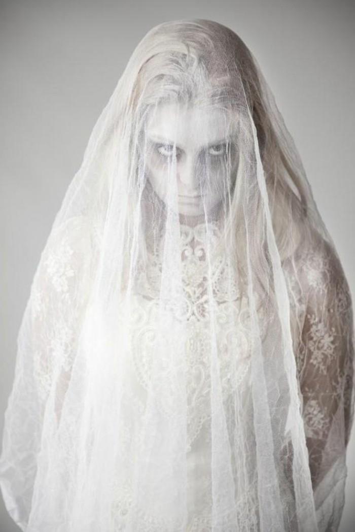 einfache halloween kostüme zum erschrecken, eine gruselige frauengestalt, weißer stoff