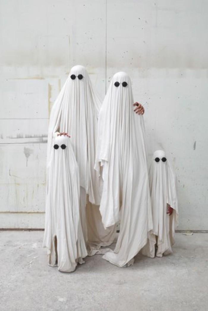 einfache halloween kostüme für die ganze familie, mama, papa und die zwei kinder mit weißen bettwäsche bedeckungen
