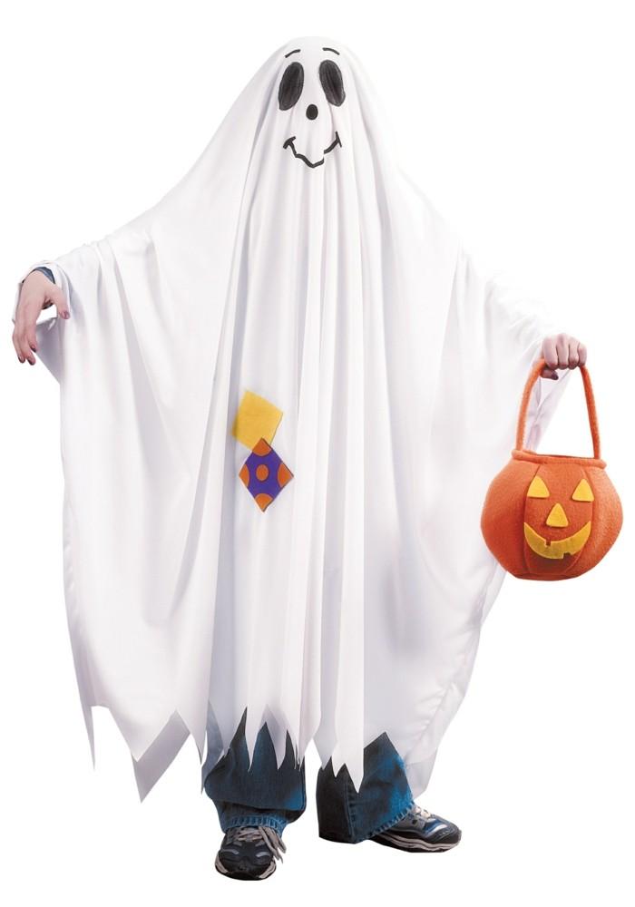 einfache halloween kostüme, ein gespenst ist die einfachste idee, weiße bettwäsche mit zwei schwarzen punkten für augen, kürbisleuchte