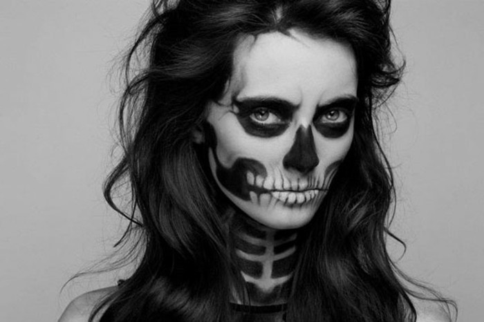 fledermaus kostüm oder gruselige totenkopf schminke frauengesicht schminkidee, schwarz weiß