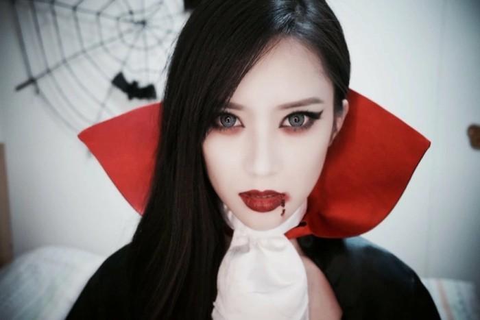 halloween kostüm selber machen eine frau in schwarz weißem kostüm, vampier, rote lippen