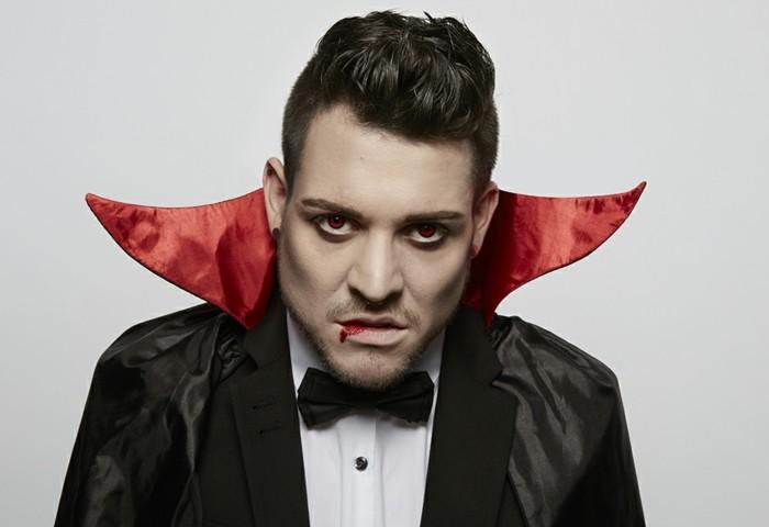 halloween kostüm selber machen, vampier gesicht schminken und einen offiziellen anzug dazu tragen