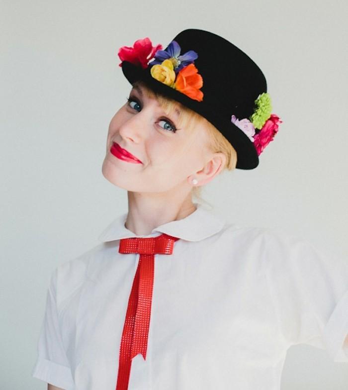 einfache kostüme zum nachmachen, ein schwarzer hut mit blumen dekoriert, rote schleife, fliege, rote lippen, blaue augen