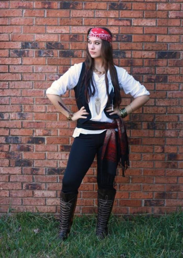 einfache kostüme, jack sparow, piraten verkleidung, kopf gebunden mit tuch rot, frau als piratin verkleidet