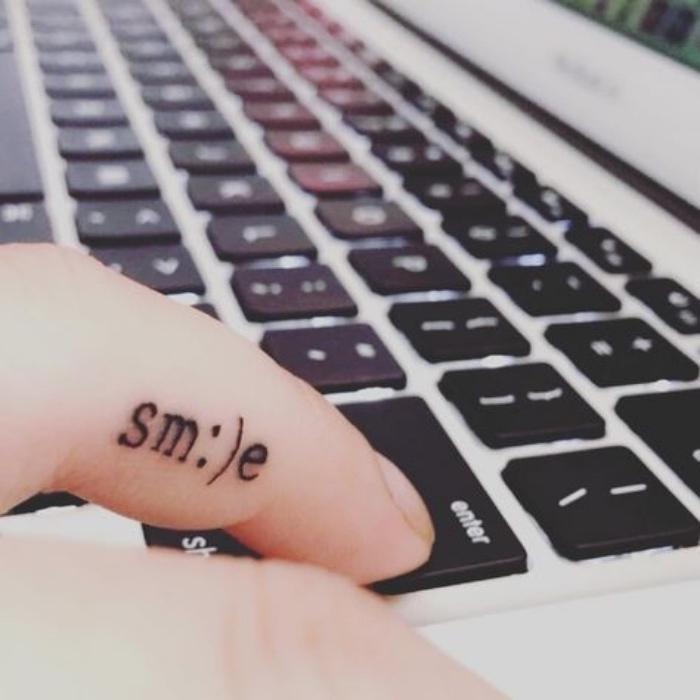 handgelenk tattoo für menschen, die gern emojis haben und am computer arbeiten, tastatur, smile, computer