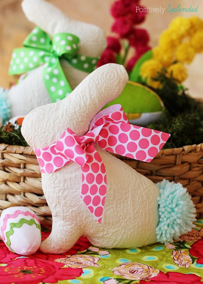 osterhase aus stoff nähen, hase vorlage zum ausdrucken, gepunktete schleife in rosa und weiß
