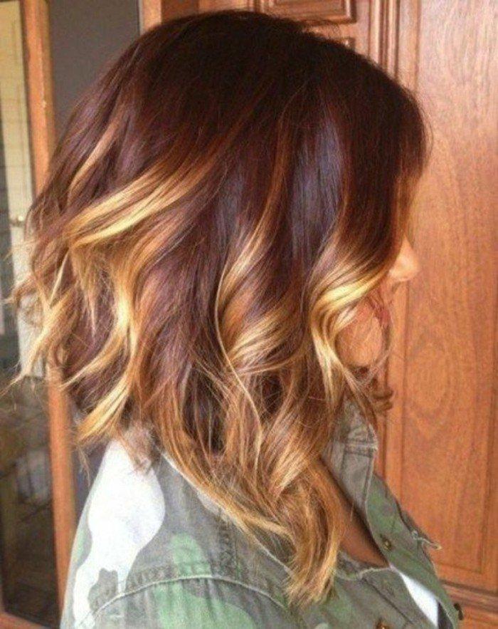 haarfarbe ausprobieren, bob länger vorne mit balayage in verfließenden blondbraunen nuancen, locken mit lockenstab machen